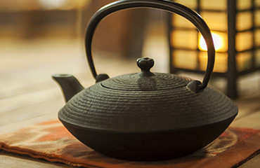 Pouring from Nambu Tekki (ironware), the pride of Iwate, makes tea softer and milder.